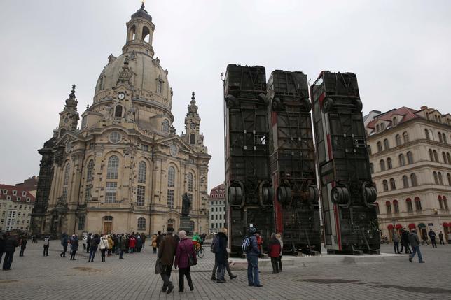 2月8日、ドイツ東部の都市ドレスデンで、シリア出身アーチストの作品展示に対し、右派団体が猛烈な抗議を行っている。右派は、第二次大戦中にドレスデンが受けた爆弾攻撃の被害こそ大きく扱われるべき、と主張している(2017年 ロイター/Matthias Schumann)