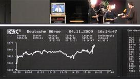 Фондовая биржа Франксурта-на-Майне. Европейские фондовые рынки начали в плюсе торги четверга, демонстрируя рост третью сессию подряд, при этом бумаги ряда крупных компаний, в частности французского банка Societe Generale и нефтяного гиганта Total, укрепляются после квартальных результатов.  REUTERS/Remote/Pawel Kopczynski (GERMANY BUSINESS)
