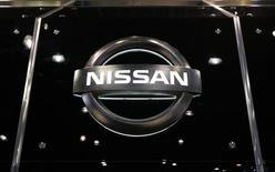 Логотип Nissan на автосалоне в Нью-Йорке. 9 апреля 2009 года. Японский автоконцерн Nissan Motor Co отчитался в четверг об операционной прибыли за квартал, не дотянувшей до прогнозов из-за роста маркетинговых расходов и укрепления иены. REUTERS/Lucas Jackson