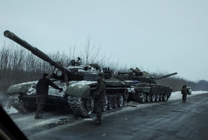 Tanks are seen near the government-held town of Bakhmut, Ukraine, February 7, 2017.  REUTERS/Gleb Garanich