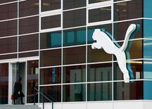 Puma a fait état jeudi d'une forte croissance de son chiffre d'affaires au quatrième trimestre et a livré des prévisions annuelles optimistes. L'équipementier sportif allemand, propriété du groupe de luxe français Kering, profite notamment de l'engouement pour les chaussures de sport rétro et de son partenariat avec des stars comme Usain Bolt. /REUTERS/Michaela Rehle