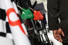 Unos surtidores de combustible en una gasolinera de Pemex en Monterrey, México, ene 1, 2017. La inflación interanual de México se disparó en enero a su mayor nivel desde septiembre de 2012 por fuertes incrementos en los precios de las gasolinas y el gas doméstico, fortaleciendo las apuestas de un nuevo aumento a la tasa de interés de referencia.  REUTERS/Daniel Becerril