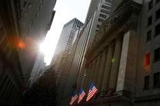 La Bourse de New York a ouvert en légère hausse jeudi. L'indice Dow Jones gagne 0,15% dans les premiers échanges. Le Standard & Poor's 500, plus large, progresse de 0,12% et le Nasdaq Composite prend 0,16%. /Photo prise le 21 décembre 2016/REUTERS/Andrew Kelly