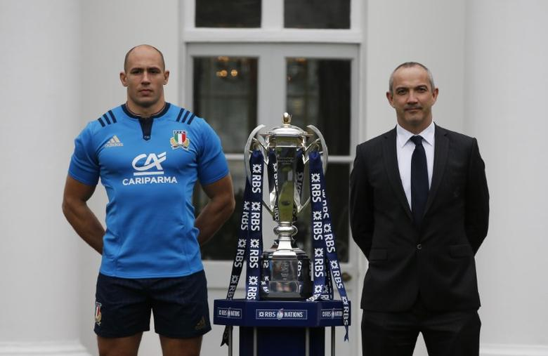 Britain Rugby Union - RBS Six Nations Media Launch - The Hurlingham Club, Ranelagh Gardens, London - 25/1/17 Italy Head Coach Conor O'Shea and Captain Sergio Parisse pose with the RBS Six Nations Trophy during the RBS Six Nations Media Launch Action Images via Reuters / Paul Childs Livepic