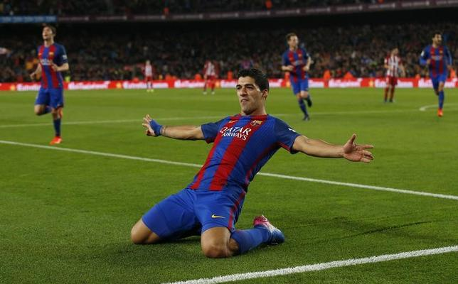 2月9日、サッカーのスペイン1部、バルセロナのウルグアイ代表FWルイス・スアレスが、アラベスと対戦する5月27日の決勝戦で出場停止になることが決まった。7日にスペインのバルセロナで撮影(2017年ロイター/Albert Gea)