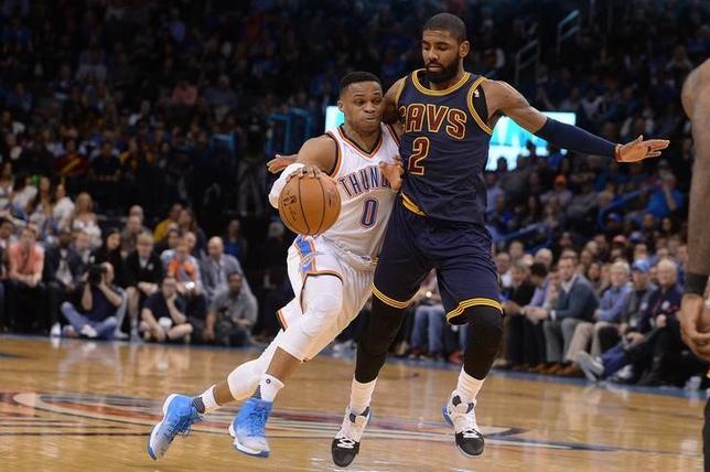 2月9日、NBAは各地で試合を行い、サンダーはラッセル・ウェストブルック(左)がトリプルダブルを達成する活躍で、118─109でキャバリアーズを下した(2017年 ロイター/Mark D. Smith-USA TODAY Sports)