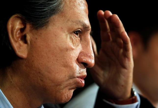 2月9日、ブラジルの建設最大手オデブレヒトから2000万ドルの賄賂を受け取ったとして、資金洗浄などの容疑で検察当局が逮捕状を請求したトレド元大統領に対し、ペルーの判事は国際逮捕状を発行し、最大18カ月収監されるべきと語った。写真はリマで2011年1月撮影(2017年 ロイター/Mariana Bazo)