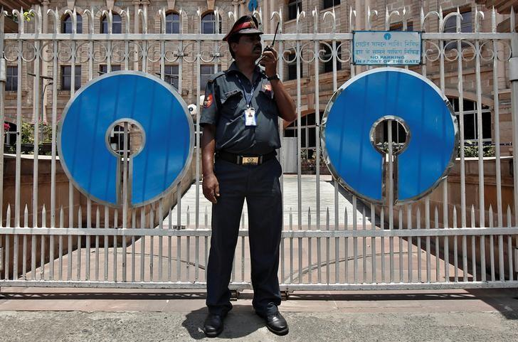 FILE PHOTO -  A security personnel stands guard in front of the gate of the State Bank of India (SBI) regional office in Kolkata May 23, 2014.  REUTERS/Rupak de Chowdhuri/File Photo