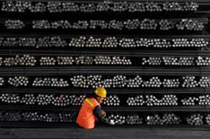 Un trabajador marca las barras de acero en una fábrica de acero y hierro en la provincia de Jiangsu,China.18 de febrero 2008.Las importaciones de mineral de hierro de China aumentaron un 12 por ciento enero frente al mismo mes del año previo y registraron su segundo mayor nivel histórico, mostraron el viernes datos oficiales, debido a que las acerías reabastecieron inventarios y los envíos por mar superaron a la producción local más costosa. REUTERS/Patty Chen/File Photo