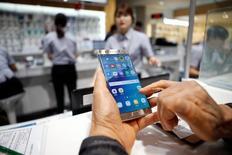 Владелец смартфона Galaxy Note 7 ждет обмена на другой аппарат в штаб-квартире Samsung в Сеуле. 13 октября 2016 года. Когда Samsung Electronics в прошлом месяце удалённо отключил последние из неисправных смартфонов Galaxy Note 7, грань между тем, кто на самом деле владеет вашим телефоном, компьютером, машиной или бытовым прибором, - вы или компания, которая их произвела, - стала ещё более условной. REUTERS/Kim Hong-Ji
