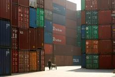 IMAGEN DE ARCHIVO. Una mujer camina cerca de containers en el puerto de Shanghái, China. 13 de enero 2009.  China reportó el viernes una balanza comercial más sólida de lo previsto en enero, ya que la demanda repuntó a nivel doméstico y en el exterior, un comienzo alentador del 2017 en momentos en que Asia enfrenta una retórica proteccionista de Estados Unidos bajo el Gobierno de Donald Trump. REUTERS/Aly Song/File Photo
