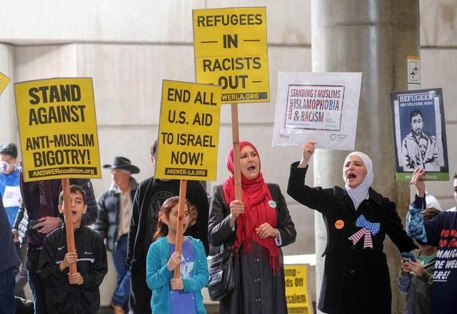 محاكم أمريكا تزخر بالطعون على حظر السفر الذي أصدره ترامب