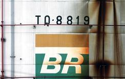 Logo da Petrobras em tanque da empresa em São Caetano do Sul, no Brasil 28/09/2016 REUTERS/Paulo Whitaker/File Photo