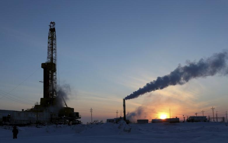 FILE PHOTO:  A view shows an oil derrick and other facilities at Vankorskoye oil field owned by Rosneft company north of Krasnoyarsk, Russia March 25, 2015. REUTERS/Sergei Karpukhin/File Photo