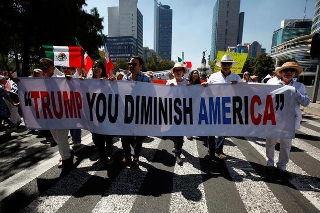 2月12日、メキシコ各地で、トランプ米大統領に抗議する数千人規模のデモが行われた。写真はメキシコシティ でトランプ米大統領が打ち出した国境の壁に抗議する人々。(2017年 ロイター/Jose Luis Gonzalez)