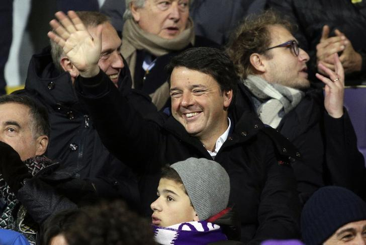 Football Soccer - Fiorentina v Juventus - Italian Serie A - Artemio Franchi stadium, Florence, Italy - 16/01/17 - Former Prime Minister Matteo Renzi waves before the match .      REUTERS/Max Rossi