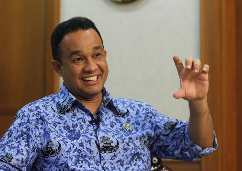 Anies Baswedan gestures during an interview in Jakarta December 1, 2014. REUTERS/Pius Erlangga
