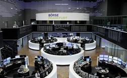 Помещение фондовой биржи во Франкфурте-на-Майне. 8 февраля 2017 года. Акции Европы растут в понедельник пятую сессию кряду, в то время как горнорудный сектор достиг максимума за два с половиной года благодаря повышению цен на медь, а предложения о поглощении толкнули к историческому пику акции немецкого производителя лекарств Stada. REUTERS/Staff/Remote