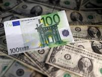 La Comisión Europea dijo el lunes que la incertidumbre sobre las políticas de Estados Unidos, el Brexit y las elecciones en Francia y Alemania tendrán un impacto en la economía de la zona euro este año. En la imagen, billetes de dólares estadounidenses y euros en esta foto tomada el 7 de noviembre de 2016. REUTERS/Dado Ruvic/Illustration