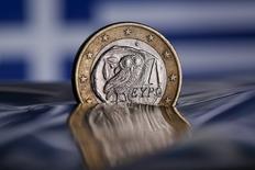 La Grèce affichera en 2018 un excédent budgétaire primaire représentant 3,7% de son produit intérieur brut (PIB), un niveau supérieur à l'objectif de 3,5% convenu avec ses créanciers de la zone euro, a annoncé lundi la Commission européenne. Les gouvernements de la zone euro et le Fonds monétaire international (FMI) ne sont pas d'accord sur le montant de l'excédent primaire grec. /Photo d'archives/REUTERS/Tony Gentile
