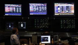 Un operador trabajando en la Bolsa de Comercio de Buenos Aires, oct 2, 2014.Analistas de consultoras y corredurías locales opinan sobre los mercados argentinos y la economía.   REUTERS/Marcos Brindicci