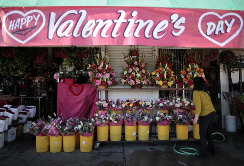 A florist arranges flowers in preparation for Valentine's Day in Los Angeles February 10, 2012.   REUTERS/Lucy Nicholson