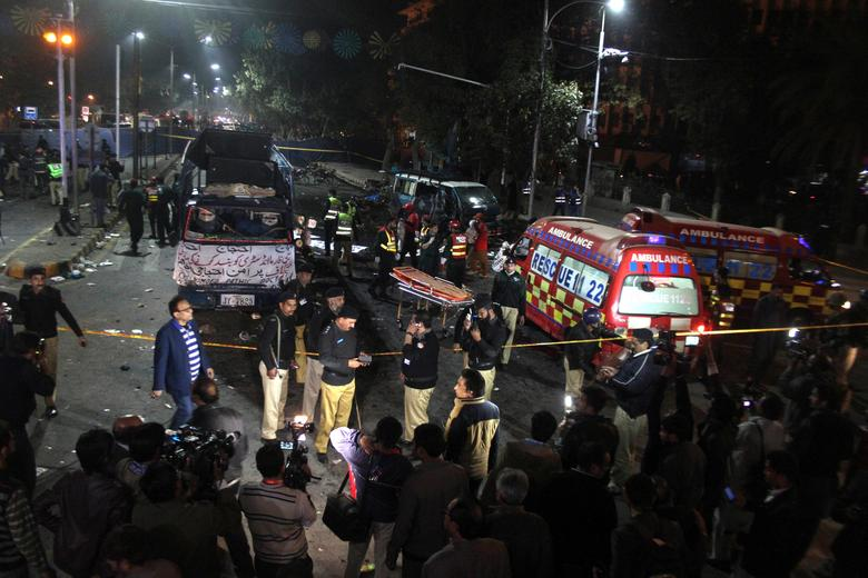 Police and rescue workers work at the scene of a blast in Lahore, Pakistan February 13, 2017. REUTERS/Stringer