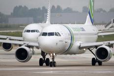 Transavia, la compagnie low cost d'Air France-KLM, a annoncé lundi la fermeture de sa base de Munich en novembre dans le cadre de son recentrage sur le marché néerlandais. /Photo d'archives/REUTERS/Charles Platiau