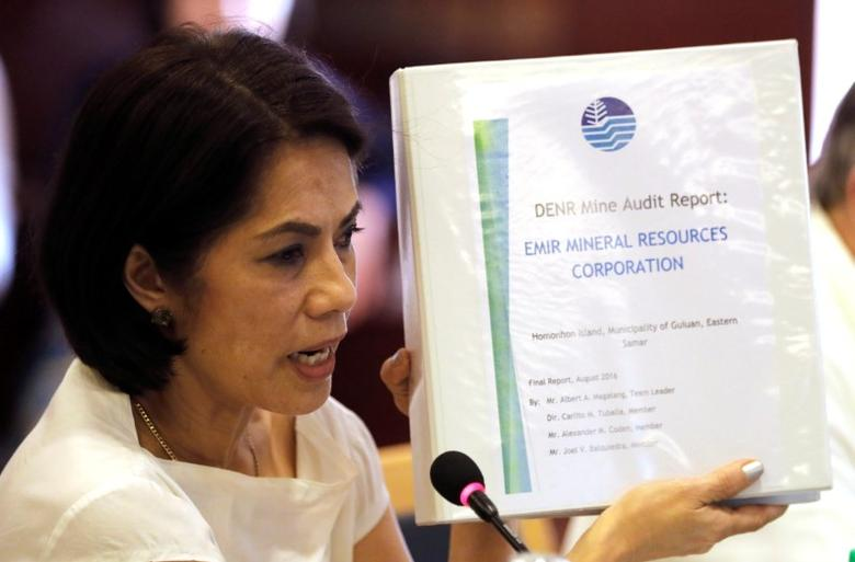 Philippine Environment and Natural Resources Secretary Regina Lopez shows a mining audit report of a mine that she ordered closed during a meeting in Manila, Philippines February 9, 2017.    REUTERS/Erik De Castro