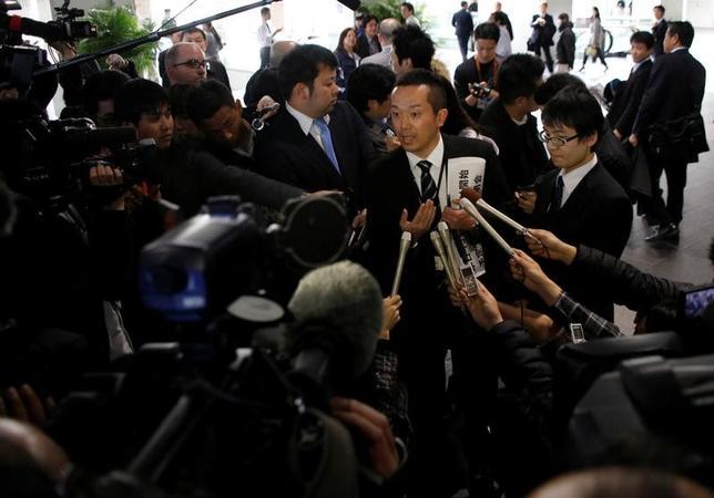 2月14日、東芝は、2016年度第3・四半期報告書の提出期限の延長について関東財務局に申請したと発表した。承認された場合の提出期限は3月14日としており、16年4─12月期は最大1カ月の延期となる。写真は報道陣に囲まれる同社関係者の様子。都内で撮影(2017年 ロイター/Toru Hanai)