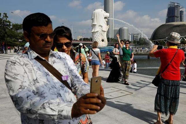 2月14日、シンガポール政府観光局によると、昨年同国を訪れた外国人数(速報値ベース)は前年比7.7%増の1640万人で、過去最高となった。写真は1月撮影(2017年 ロイター/Edgar Su)