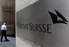 Credit Suisse registró una pérdida neta de 2.440 millones de francos suizos (2.430 millones de dólares) en 2016, su segundo año consecutivo en números rojos, y dijo que examinaba alternativas a la planeada salida a bolsa de su negocio en Suiza. En la imagen de archivo, un hombre entra en las oficinas de redit Suisse en Manhattan, Nueva York.  REUTERS/Brendan McDermid