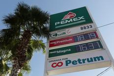 Los nuevos precios de la gasolina se muestran en un tablero electrónico de Pemex en Monterrey, México. 1 de enero 2017. La petrolera estatal mexicana Pemex revisó las guías para una emisión de deuda en euros en tres tramos que colocará el martes, dijo IFR, un servicio de información financiera de Thomson Reuters.REUTERS/Daniel Becerril - RTX2X6KQ