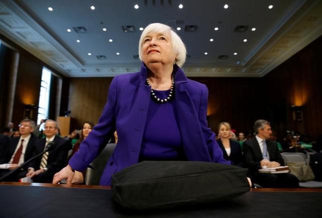 2月14日、イエレン米FRB議長は上院銀行委員会で行った証言で、FRBは今後のFOMCで利上げを決定する必要がある可能性があると述べた。写真は14日、ワシントンで撮影(2017年 ロイター/Joshua Roberts)