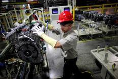 En la imagen de archivo, un trabajador de Toyota coloca el motor para su ensamblaje en Huntsville, Alabama. el 13 de noviembre 2009.Los precios al productor en Estados Unidos subieron más de lo previsto en enero, cuando anotaron su mayor avance en cuatro años ante el incremento del costo de productos energéticos y de algunos servicios, aunque la fortaleza del dólar siguió limitando a la inflación subyacente. REUTERS/Carlos Barria