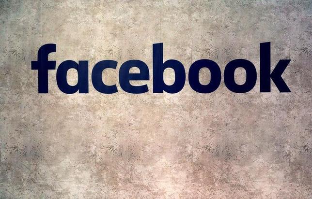 2月14日、米フェイスブックは、インターネットに接続するスマートテレビ向けアプリの提供を開始することを明らかにした。ユーザーはフェイスブック上の動画をより大きな画面で視聴することが可能になる。写真のフェイスブック・ロゴは、フランス・パリにおける「スタートアップ企業の集まり」で、1月撮影(2017年 ロイター/Philippe Wojazer)