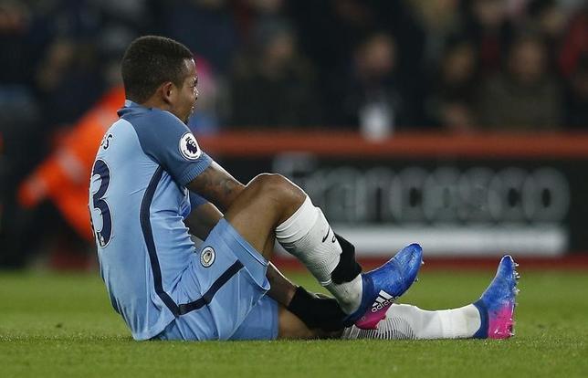 2月14日、サッカーのイングランド・プレミアリーグ、マンチェスター・シティー(マンC)は14日、19歳のブラジル人FWガブリエル・ジェズスの中足骨骨折を発表。写真は負傷した13日のボーンマス戦(2017年 ロイター)
