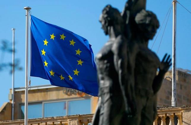 2月14日、欧州連合(EU)欧州委員会は、EU懐疑論に対する取り組みの一環として、物議を醸しそうな問題に対する立場を加盟国が明確に表明するよう投票制度を変更すべきだと提案した。写真はEUの旗。バレッタで2日撮影(2017年 ロイター/Yves Herman)