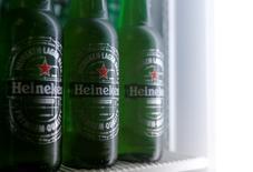 En la imagen, botellas de Heineken en una foto ilustrativa en un refrigerador en Viena, Austria. 18 de octubre de 2016. Las ventas de cerveza de Heineken crecieron en el 2016 apoyadas en el buen desempeño de los mercados de Asia y México, lo que generó ganancias superiores a lo esperado, y puso a la segunda cervecera más grande del mundo en camino a lograr mejores márgenes este año. REUTERS/Heinz-Peter Bader