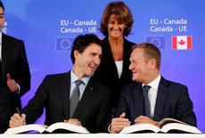 La Unión Europea y Canadá se aseguraron el miércoles la aprobación de su disputado acuerdo de libre comercio y la retirada de los aranceles a la importación, que sus defensores dicen que impulsará el crecimiento y el empleo a ambos lados del Atlántico.  Imagen de Donald Tusk y el primer ministro canadiense Justin Trudeau tomada en Bruselas, Bélgica el 30 de octubre de 2016.  REUTERS/Francois Lenoir