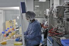El tratamiento contra el cáncer con dos importantes fármacos está a punto de ser mucho más barato en Europa cuando la copia del Rituxan, un fármaco contra la leucemia de Roche, llegue al mercado seguido de un rival para su medicamento contra el cáncer de mama Herceptin.  En la imagen de archivo, un empeado de Biocon trabaja en un centro de investigación del laboratorio en Bengaluru, India. REUTERS/Abhishek N. Chinnappa - RTS4PUK