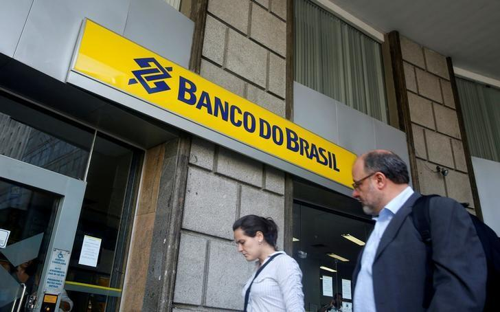 People walk in front of a Banco do Brasil branch in downtown Rio de Janeiro December 15, 2014. REUTERS/Pilar Olivares/File Photo
