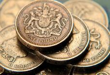 En la imagen se ven monedas de una libra. 17 de junio 2008. El incremento salarial de los trabajadores británicos se frenó más de lo esperado al cierre del 2016, mostraron cifras oficiales el miércoles, antes de una probable estrechez en sus niveles vida por el avance de la inflación en 2017. REUTERS/Toby Melville/Illustration/File Photo - RTX2RY67