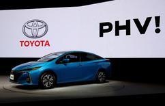 El presidente de Toyota Motor, que lideró el desarrollo del modelo híbrido Toyota Prius, espera que los últimos vehículos híbridos enchufables sean adoptados por los consumidores más rápidamente que el Prius original. En la imagen, un vehículo Toyota Prius enchufable durante el lanzamiento del coche en Japón, el 15 de febrero de 2017. REUTERS/Issei Kato