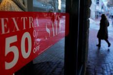 """Una comprador pasa cerca de un cartel de """"En Oferta"""" fuera de una tienda en el centro de Boston, Massachussetts, Estados Unidos. 11 de enero 2017.  Las ventas minoristas en Estados Unidos subieron más a lo previsto en enero, debido a que los hogares compraron artículos electrónicos y una serie de otros bienes, lo que apunta a una demanda interna sostenida que debería impulsar al crecimiento económico en el primer trimestre. REUTERS/Brian Snyder"""