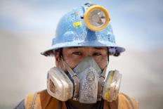 Imagen de archivo de un minero realizando una pausa en Relave, Perú, feb 20, 2014. La economía peruana creció un 3,90 por ciento en el 2016, la tasa más alta en tres años, gracias al impulso del vital sector minero, aunque el alza fue frenada por la caída de algunos sectores no primarios, como construcción y manufactura.  REUTERS/ Enrique Castro-Mendivil