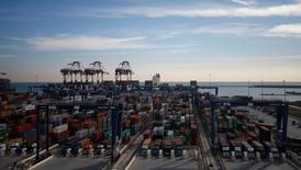 Los estibadores de los puertos españoles cancelaron una huelga prevista para los días 20, 22 y 24 de febrero tras la oferta del Ministerio de Fomento de aplazar una reforma para liberalizar el sector, dijo el miércoles el sindicato de los trabajadores.  En la imagen, decenas de contenedores en el puerto de Barcelona el 24 de ener ode 2017. REUTERS/Albert Gea