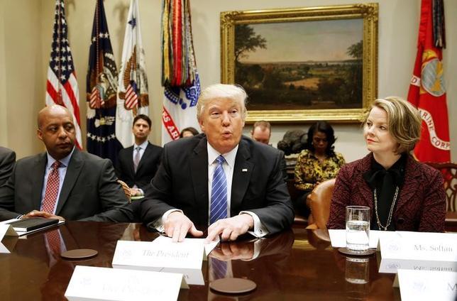 2月15日、トランプ米大統領(中央)は、ホワイトハウスで米小売大手8社のCEOとの会合を開き、米経済の強化に向け税制改革が重要な手段となるとの考えを示した。ワシントンで撮影(2017年 ロイター/Joshua Roberts)