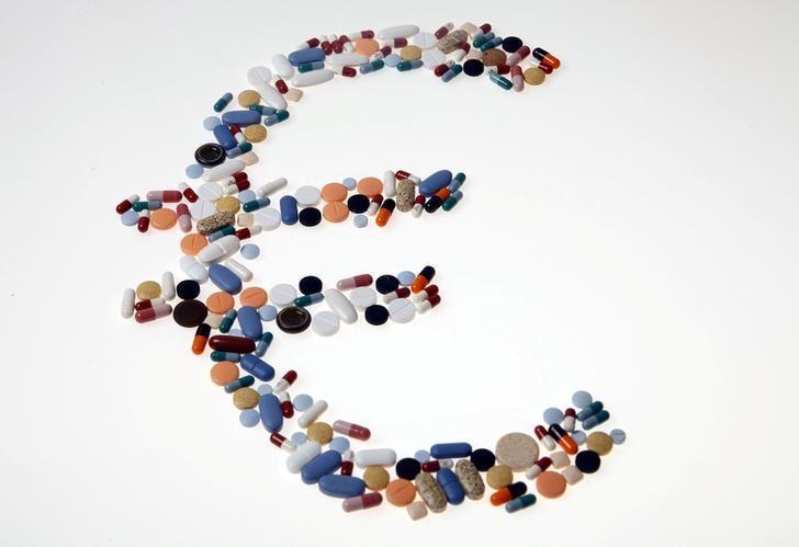 图为药片和胶囊组成的欧元标志形状。REUTERS/Srdjan Zivulovic