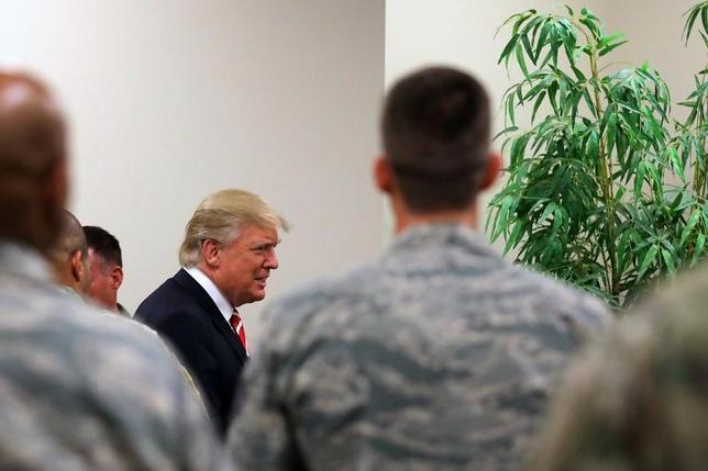 2月15日、米国防総省は、シリアで過激派組織「イスラム国」(IS)との戦闘に当たる通常部隊の派遣を提案する可能性がある。米CNNが報じた。写真は6日、フロリダ州タンパのマクディル空軍基地をトランプ大統領が訪問した際の昼食会で撮影。同基地には米中央軍と特殊部隊の司令部がある(2017年 ロイター/Carlos Barria)